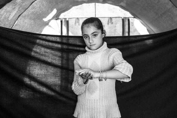 Браслеты: 8-летняя Мая показывает свои браслеты в лагере беженцев в иракском Курдистане, рассказывая, что это ее «сокровища»