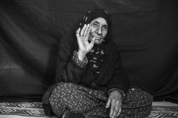 Кольцо своей мамы: 90-летняя Сальма, которая вместе с тремя сыновьями бежала от войны в Сирии, не снимает кольцо своей матери, которая подарила его ей, когда ей было 10 лет