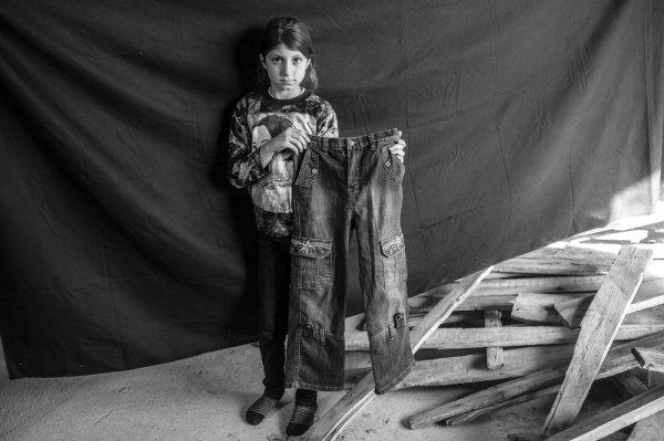 Джинсы: 9-летняя Лейла держит в руках свою любимую пару джинсов
