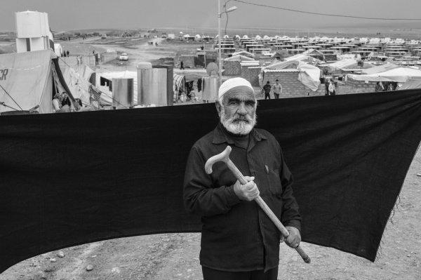 Трость: 70-летний Ахмед держит в руках трость, которая помогла ему пересечь иракскую границу