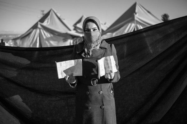Диплом: 20-летняя Тамара держит в руках диплом об образовании – самое ценное, что она взяла с собой из разрушенного дома в Идлибе