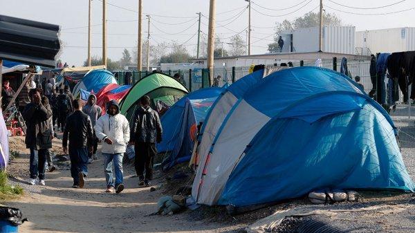 В пригороде Парижа расселили лагерь мигрантов.