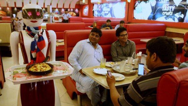 Официанты-роботы в пиццерии Пакистана