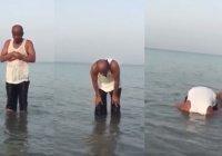 Пользователи соцсетей развернули дискуссию вокруг намаза в воде (Видео)