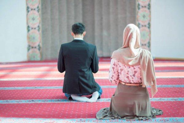 Обязательно ли намаз читать вместе с мужем?