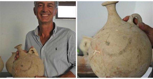 Археолог с необычной находкой.