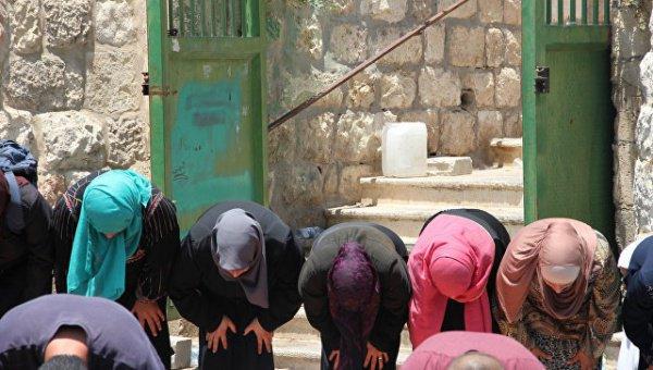 Сотни мусульман совершили пятничный намаз прямо на улицах Иерусалима.