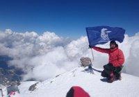 На вершине Эльбруса установили флаг КАМАЗа
