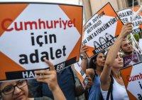 В Турции по обвинению в терроризме судят 17 журналистов