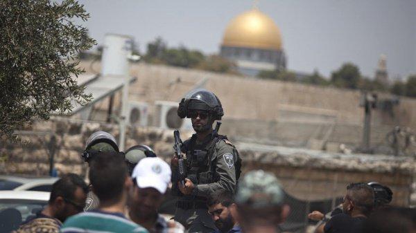 Израильские военные на входе в Храмовую гору.