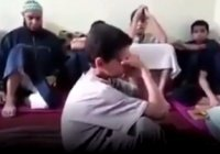 Мальчик разрыдался после того, как выучил Коран наизусть