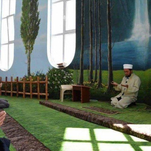 Намаз в необычной мечети.