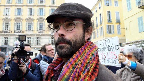 У здания суда Седрика Эрру встретили толпы сторонников.