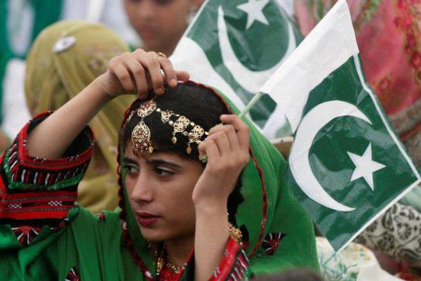 В провинции Синд улицы города Карачи украсили цветами, флагами, плакатами
