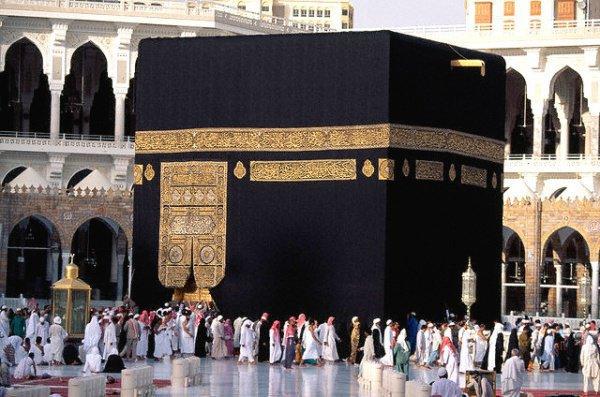 «Как он может запретить это, если даже жены посланника Аллаха (салаллаху алейхи ва саллям) совершали таваф вместе с другими мужчинами?!»
