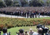 Тысячи людей участвуют в шествии памяти в Барселоне