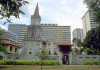 Уникальная падающая мечеть Сингапура, построенная в честь мусульманки-бизнесвумен