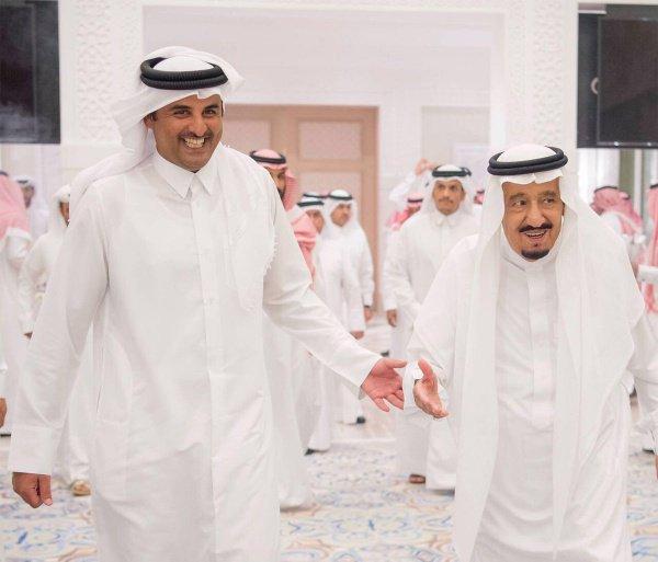 Эмир Катара Тамим бин Бамад Аль Тани (слева) и король Саудовской Аравии Салман бин Абдулазиз во время встречи в Танжере.