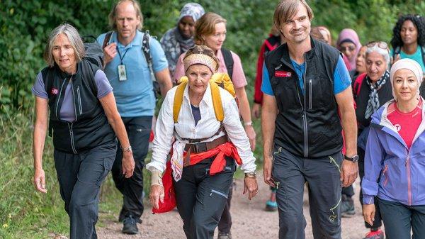 Королева Норвегии сделала лесную прогулку смигрантами
