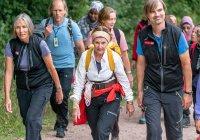 Королева Норвегии прогулялась по лесу в компании беженцев
