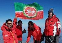На вершине Эльбруса установили флаг Татарстана