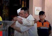Отец погибшего в теракте малыша обнял имама (Видео)