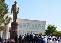 Первый памятник Исламу Каримову открыли в Узбекистане