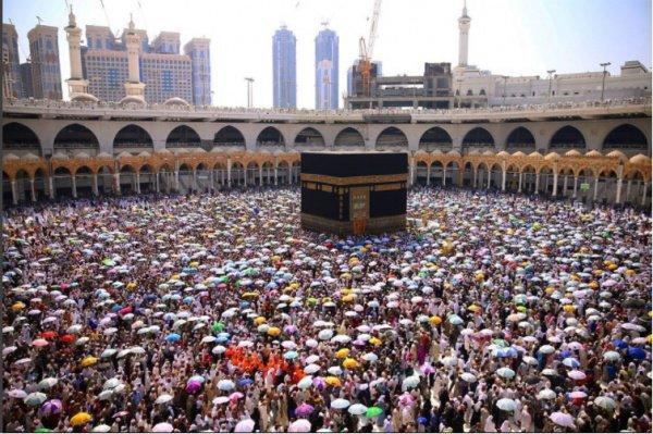 Яркие зонтики паломников создали потрясающую атмосферу в Запретной мечети