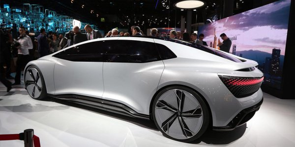 Он представляет собой 4-дверный автомобиль, в салоне которого нет педалей и руля