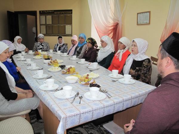 Участники собрания в мечети.