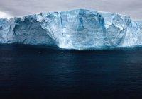 Из космоса показали движение «мега-айсберга»