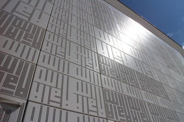 Еще одна из особенностей мечети – это куфическая каллиграфия на одной из внешних стен сооружения.