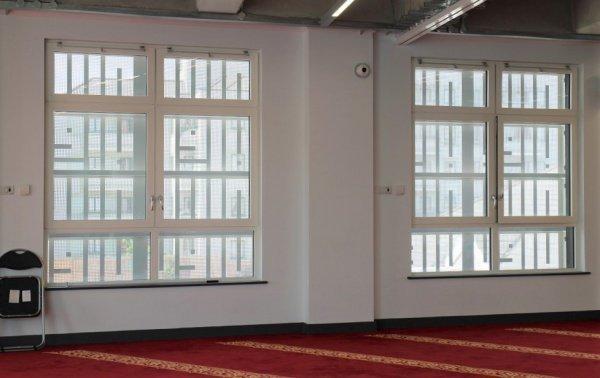 Лучи солнца пробиваются сквозь эти панели и внутри зала мечети вырисовывается вязь.