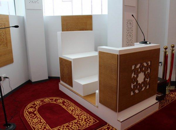 Место имама для молитвы и минбар расположены внутри минарета.