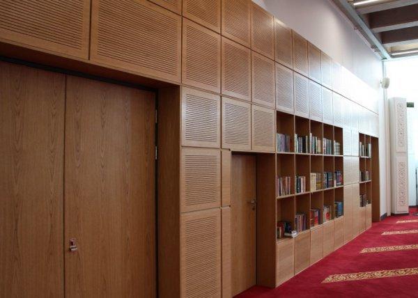 В мечети использованы естественные цвета для создания спокойной атмосферы.