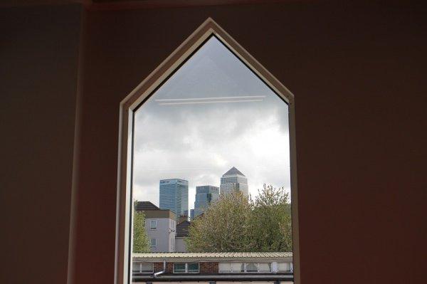 Мечеть со стеклянным минаретом уже успела стать опознавательной достопримечательностью квартала города.