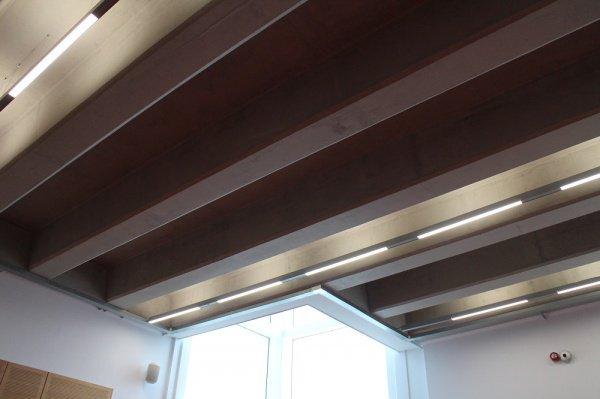 Потолок мечети спроектирован таким образом, чтобы звук во время чтения Корана мог хорошо распространяться по всему залу.