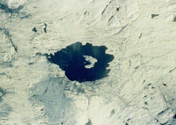 Данный кратер в поперечнике достигает 28 км