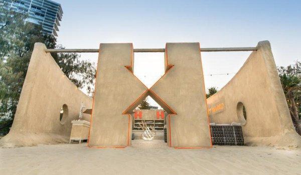 Дизайн здания разработал художник фильма Безумный Макс