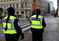 Два беженца порезали себя ножом перед зданием парламента Финляндии