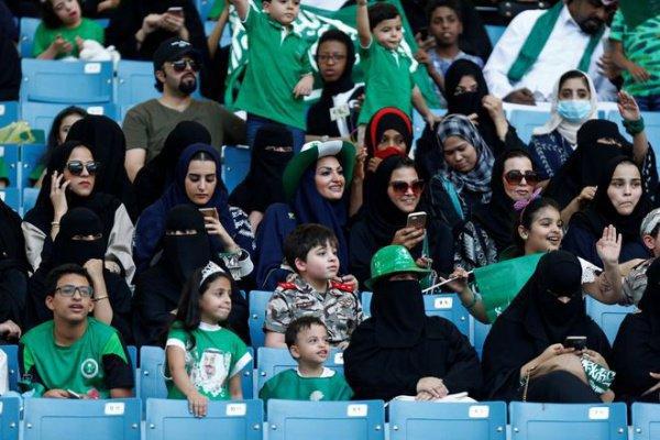 Женщины на стадион в Эр-Рияде.