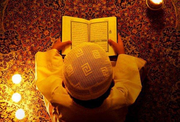 Знать Коран наизусть в том объеме, который необходим для совершения намаза.