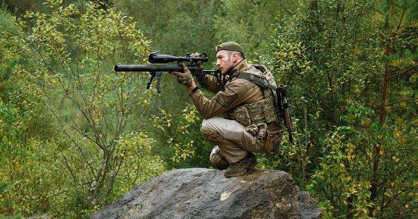 В мишень 1х1 м., находящуюся на дальности в 4210 м., пуля, выпущенная из снайперской винтовки, летит 13 сек