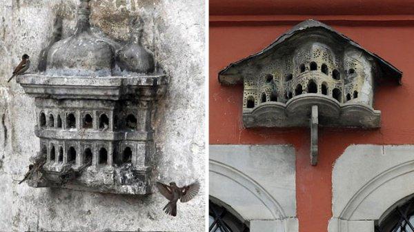 Домики для птиц были не простыми бетонными конструкциями, а многоэтажными мини-дворцами с колоннами и резными балконами.