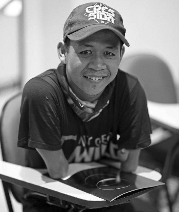 24-летний Зулькарнайн родился без рук и ног, но это не стало преградой на пути к его мечте