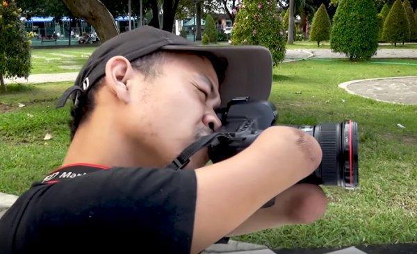 Он с ловкостью справляется с фотоаппаратом