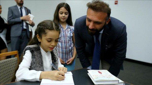Автор и ее мать прочитали отрывки из книги, а затем раздали автографы