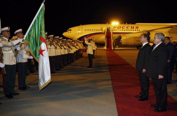 В Алжире Дмитрия Медведева угостили финиками и молоком