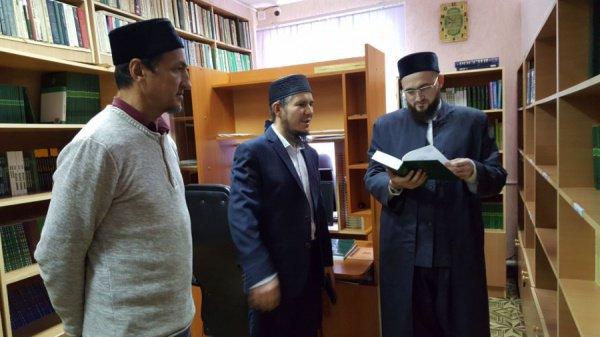 Камиль хазрат осмотрел молельный и компьютерный залы, библиотеку и высказал свои пожелания в отношении учебной деятельности медресе