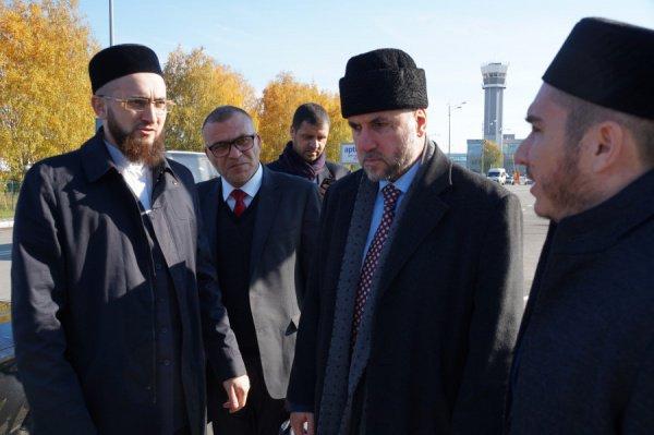 В аэропорту высоких гостей встретили муфтий Татарстана Камиль хазрат Самигуллин